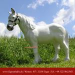 Weisses Pferd als Dekofigur für Hof und Garten