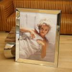 Marilyn Monroe im Bett Wandbild Kunstdruck in Rahmen