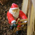 Weihnachtsmann Leiter kletternd Figur Statue Skulptur