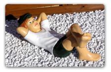 Junge liegend als Gartenfigur Dekoration Figur