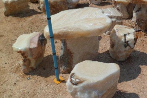 Sitzgruppe Tisch mit 4 Hocker Ozeanfindling Findling Natur Stein Meeresgestein