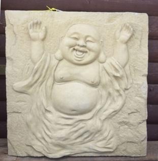 Wanddekoration Lachender Buddha auf Platte sand 51cm Steinguss Steinfigur Wand