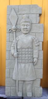 Wanddekoration Chinesischer Krieger auf Platte sand 80x33cm Steinguss Steinfigur