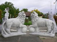 Löwe mit Kugel rechts Steinguss fostfest Steinfigur