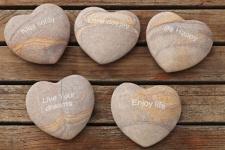 HERZ MIT SPRUCH 8cm Regenbogen Sandstein 5 Sorten Natur Stein Dekoration WISHES