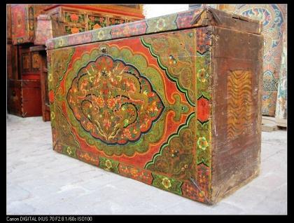 Tibetanische Truhe aus natürlichem Holz aufwendig in traditionellen Farben gestaltet.