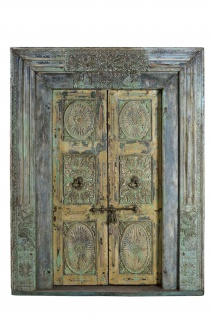 Indische Tür mit edlen Ornamenten und blauem Rahmen