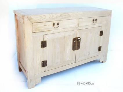 Chinessicher Schrank aus natürlichem Holz mit metallischen Applikationen und klaren Linien
