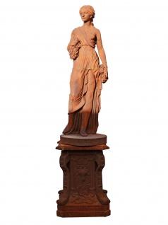 Skulptur Victoria Schäferin mit Vlies auf Fuß Gusseisen rostfarben Klassik