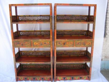 Regalschrank aus hochwertigem Holz aus Tibet im Used-Look.