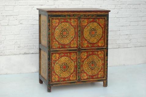 Chinesischer Schrank aus natürlichem Holz in traditioneller Optik mit farblichem Kontrast