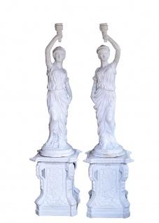 Zwei Skulpturen Fackelträgerinnen Paar Statuen auf Sockeln Gusseisen antikweiß
