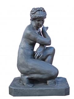 Skulptur Frauenakt kniend Art Deco Statue Gußeisen bleifarben