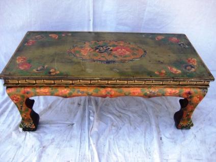 Tibetanischer Tisch aus natürlichem Holz mit aufwendiger Bemalung.