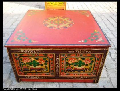 Tisch aus Massivholz mit tibetanischer Bemalung in starken Farben.