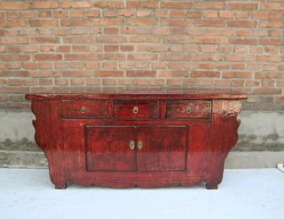 Chinesisches Sideboard aus massivem Holz in aussagekräftigem Rot.