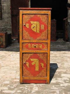 Traditioneller Schrank aus Tibet in Rot und Gold mit aufwendigem Muster.