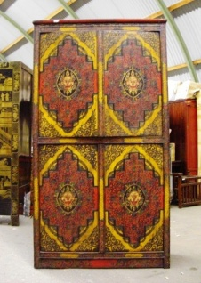 Schrank aus hochwertigem Holz mit tibetanischem Motiv.