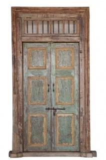 Mehrfarbige Holztür mit Rahmen