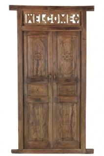 Holztür mit Schnitzereien und verziertem Rahmen