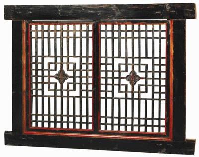 massive Holztür aus China mit geometrischen Ausschnitten aus dunklem Holz