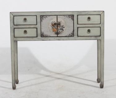 Vollholztisch aus China mit eleganter Optik und feiner Zierde.