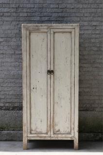 Moderner Schrank aus Echtholz in Elfenbein im Used-Look mit Schließen