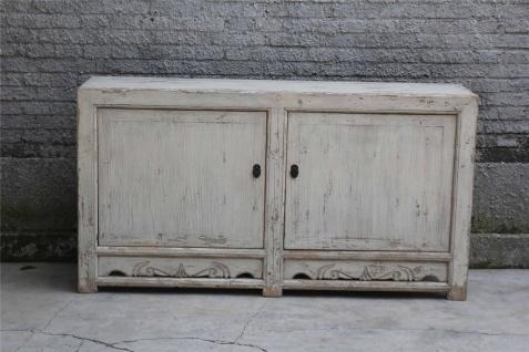Moderner Schrank aus erstklassigem Holz in Elfenbein im Used-Look mit Schließen