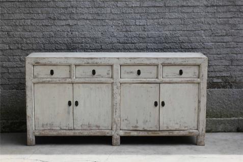 Moderner Schrank aus Vollholz in Elfenbein im Used-Look mit Schließen