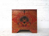 China Tibet ca 1930 kleine antike Truhe Pinie mit klassischer rot goldener Bemalung Drachengesicht von Luxury Park