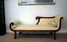 Edle Couch Recamiere Ottomane im Antikdesign Mahagoni lightbrown Walnuss, Textil