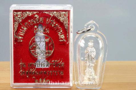 Versilbertes Thai Amulett Chao Mae Guan Im Prathan Porn Ngern Loon Ruun Thep Prasitthi Chook Nuea Chup Ngern (versilbert) des ehrwürdigen Luang Pho Somsak, Abt des Wat Suthat, Bangkok, Thailand, aus dem Jahr B.E. 2553 (2010).