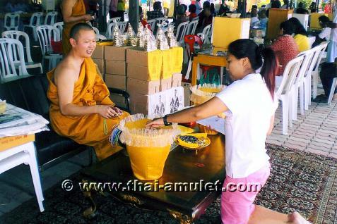 Geweihte Buddha Statue aus Thai Tempel. Phra Bucha Luang Pho Sothon (Luang Pho Phra Phutta Sothon) Nuea Thong Lueang Thai Buddha Statue des ehrwürdigen Luang Pho Kaweerat (Phra Khru Samut Kaweerat), Abt des Wat Satthayalai, Chonburi, Thailand. - Vorschau 5