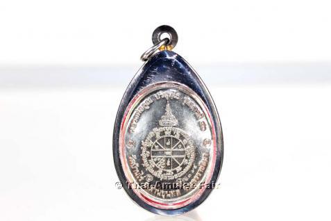 3x geweihtes Thai Amulett Phra Rian Ruun Baramee 90 Nuea Alpaka des ehrwürdigen Luang Pho Koon Parisuttho, Abt des Wat Banrai in Korat. Das Amulett wurde anlässlich seines bevorstehenden 90. Geburtstages in einer nummerierten Serie herausgegeben. - Vorschau 3