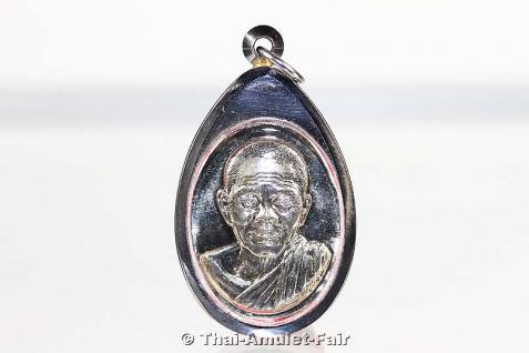 3x geweihtes Thai Amulett Phra Rian Ruun Baramee 90 Nuea Alpaka des ehrwürdigen Luang Pho Koon Parisuttho, Abt des Wat Banrai in Korat. Das Amulett wurde anlässlich seines bevorstehenden 90. Geburtstages in einer nummerierten Serie herausgegeben. - Vorschau 2