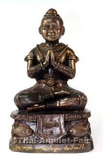 Original Luang Pho Koon Guman Thong Theppalit Tempel Statue aus dem Wat Banrai in Korat, Thailand. Geisterkind für Glück, Wohlstand, Bussiness, Ladenbesitzer, Verkäufer, Vertriebler, Unternehmer und Freiberufler.