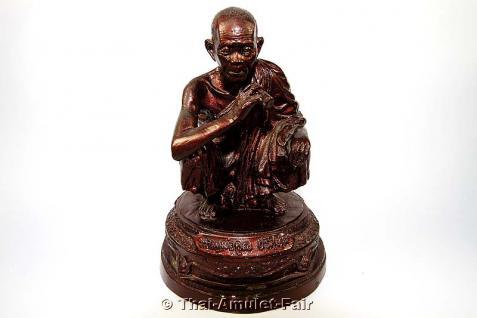 Luang Pho Koon Thai Tempel Statue - Bucha Statue des ehrwürdigen Luang Pho Koon Parisuttho, Abt des Wat Banrai, Tambon Kut Piman, Amphoe Dan Khun Thot, Changwat Nakhon Ratchasima (Korat), Isan, Nordostthailand aus dem Jahr BE 2536 (1993).