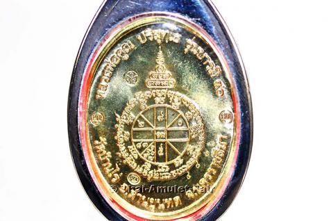 Thai Amulett Phra Rian Ruun Baramee 90 Nuea Thong Fa Bath Thai Amulett des ehrwürdigen Luang Pho Koon Parisuttho (Phra Thep Vitthayakom), Abt des Wat Banrai in Korat, Isaan, Nordostthailand vom 10.04.2013 - Vorschau 3