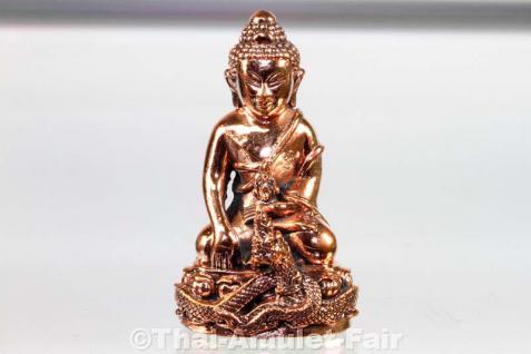 Geweihtes Buddha Amulett Phra Gring Sri Sutthat Toh des ehrwürdigen Luang Phu Kambu, Abt des Wat Kut Chom Phu, Tambon Kut Chom Phu, Amphoe Phibun Mangsahan, Isaan, Changwat Ubon Ratchathani, Nordost-Thailand vom 12.10.2554 (2011). - Vorschau 2