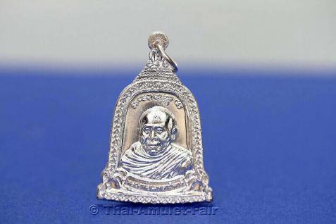 Thai Amulett Silber Glocke - Rian Rakhang Nuea Ngern (Silber) Ruun Kroop Roop 60 Pii des ehrwürdigen Luang Pho Thiraphan Mettavihari (Phra Khru Kraisorn Virat), Wat Phutta Viharn (auch Wat Buddhavihara), Amsterdam, Niederlande, vom 16.07.2002 (B.E. 2545). - Vorschau 2