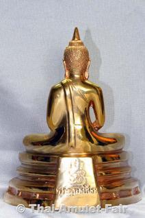 Geweihte Buddha Statue aus Thai Tempel. Phra Bucha Luang Pho Sothon (Luang Pho Phra Phutta Sothon) Nuea Thong Lueang Thai Buddha Statue des ehrwürdigen Luang Pho Kaweerat (Phra Khru Samut Kaweerat), Abt des Wat Satthayalai, Chonburi, Thailand. - Vorschau 2