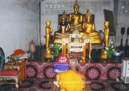 Sehr seltenes Ruup Bam Muean Luang Pho Ood Ruun Srang Monthop 2531 Phim Niyom Sangkati Khu Nuea Thong Lueang Thai Amulett des ehrwürdigen Luang Pho Ood (Schüler und Neffe des legendären Luang Pho Derm), zu Lebzeiten Abt des Wat Chan Sen, von 1988. - Vorschau 3