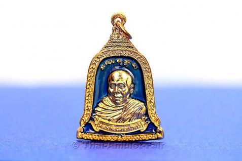 Thai Amulett in Glockenform - Rian Rakhang Nuea Thong Lueang Longya Sii Faa Ruun Kroop Roop 60 Pii Thai Amulett des ehrwürdigen Luang Pho Thiraphan Mettavihari (Phra Khru Kraisorn Virat), Wat Phutta Viharn (auch Wat Buddhavihara), Amsterdam, Niederlande. - Vorschau 2