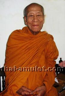 Geweihtes Buddha Amulett Phra Gring Sri Sutthat Toh des ehrwürdigen Luang Phu Kambu, Abt des Wat Kut Chom Phu, Tambon Kut Chom Phu, Amphoe Phibun Mangsahan, Isaan, Changwat Ubon Ratchathani, Nordost-Thailand vom 12.10.2554 (2011). - Vorschau 5