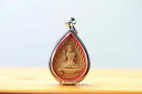 Geweihtes Thai Amulett Glücksgöttin Nang Kwak für geschäftlichen und finanziellen Erfolg sowie für Gesundheit, Glück und Wohlstand vom ehrwürdigen Phra Khru Wisutthi (Kanchanakhun), Abt des Wat Mano Thammaram (auch Wat Nang No) Kanchanaburi, Thailand.
