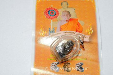SILBER Grataai (Hase) Thawee Srap Nuea Ngern Ruun Thawee Srap Thai Amulett des ehrwürdigen Pho Than Kaii Natasilo (Phra Khru Sinlamongkoln), Abt des Wat Lamnao, Amphoe Thung Song, Changwat Nakhon Sri Thammarat, Thailand, aus dem Jahr 2006.