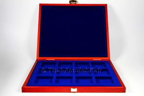Edle Thai Amulett Sammlerbox für 12 Amulette aus deutscher Fertigung.Die Sammlerbox wurde in Deutschland aus europäischen Echtholz hergestellt, Mahagonifarben lackiert und mit zwei goldfarbigen Scharnieren sowie einem goldfarbigen Federverschluss versehen - Vorschau 3