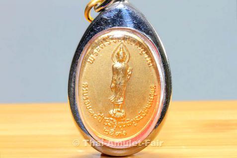 Vergoldetes Thai Amulett Ruun Kroob Roob 30 Pii Rong Rian Phibun Mangsahan Ubon Ratchathani des ehrwürdigen Phra Sri Thotsaphonlayan, Abt des Wat Plap genannt, Tambon Wat Arun, Amphoe Bangkok Yai, Bangkok, Thailand aus dem Jahr 1993. - Vorschau 2