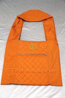 Bei dieser Yaam Phra handelt es sich um sehr hochwertig verarbeitete Mönchsschultertasche. Die Yaam Phra ist beidseitig gesteppt & leicht gefüttert. Auf der Vorderseite befindet sich eine große Tasche mit Reißverschluss, darüber ist ein gehäkeltes Dharara