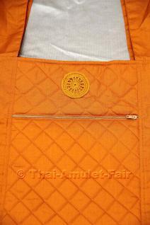 Bei dieser Yaam Phra handelt es sich um sehr hochwertig verarbeitete Mönchsschultertasche. Die Yaam Phra ist beidseitig gesteppt & leicht gefüttert. Auf der Vorderseite befindet sich eine große Tasche mit Reißverschluss,darüber ist ein gehäkeltes Dhararad - Vorschau 2